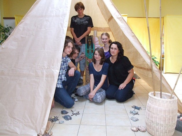 Deváťáci ze ZŠ Wolkerova se loučí výtvarnými pracemi ze starověkého Egypta.