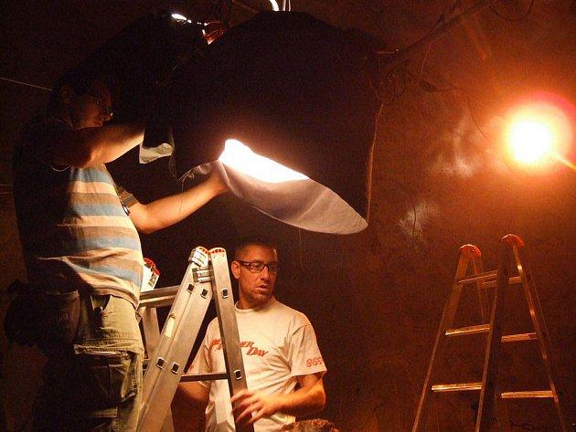 Podzemní prostory hradu Lipnice se kvůli natáčení historické komedie změnily v mučírnu.
