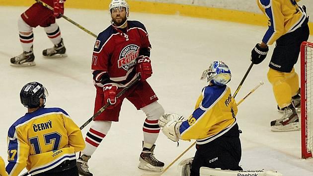 Tomáš Troliga (na snímku) odvádí před hostující brankou černou práci, z níž těží celý tým.
