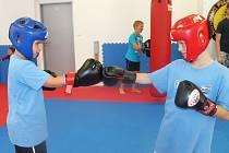 A souboj může začít! Na jednom ze stanovišť si děti mohly vyzkoušet i některé bojové techniky.