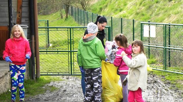 Každoroční jarní úklid v Rozsochatci.