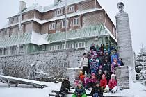Žáci ZŠ Nuselská na zimním pobytu v Orlických horách.