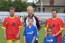 Jihlavští fotbalisté, záložník Michal Veselý (na snímku vlevo) a gólman David Šimon se programu zúčastnili aktivně. Nastoupili ve výběru hvězd, který s Dekorou remizoval po divokém průběhu 7:7.