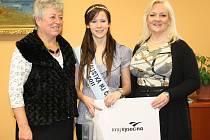 Letošní Miss Junior Kraje Vysočina, Zuzana Rajdlová, se na krajském úřadě setkala s radní Marií Kružíkovou. Doprovázela ji ředitelka soutěže Kateřina Hamrová.