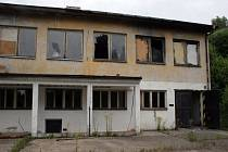 Sídlo bezdomovců. Tato budova se nachází v klidném prostředí nedaleko tří pěkných rybníků. Nebýt lidské lhostejnosti, mohla být využívána třeba jako sídlo letního tábora. Místo toho se pozvolna rozpadá.