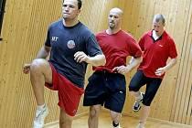 Hokejový útočník Ladislav Rytnauer (vpravo za Miroslavem Třetinou a Stanislavem Nerudou) už v úterý dopoledne trénoval s havlíčkobrodským týmem.