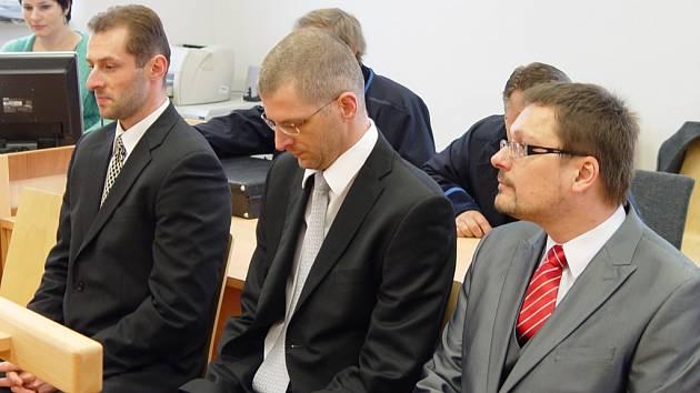 Ivan Padělek, Ladislav Čepera a Michal Kašpar (zleva) si u jihlavského soudu vyslechli rozsudek už před rokem. Po doplnění některých důkazů lze vynesení rozsudku očekávat v pondělí.