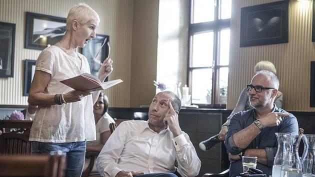 Sylva Lauerová je velmi osobitá žena. Do svého čtení aktivně zapojuje i své příznivce.