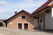 Starý dům pod hradem v Lipnici nad Sázavou zakoupil Jaroslav Hašek pro sebe a Šuru poměrně krátce před svou smrtí, aby měl konečně stálý domov. Reprofoto.