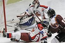 Brodští hokejoví mladší dorostenci (v bílém) měli před sezonou prioritní cíl – záchranu. V nejvyšší soutěži se nakonec bez problémů udrželi.