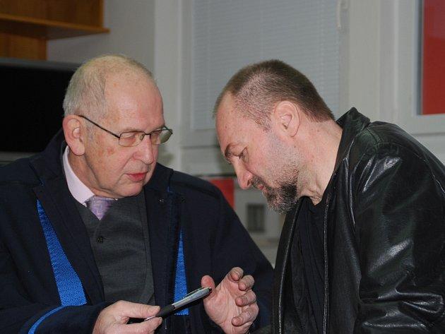 Bývalý duchovní Erik Tvrdoň (vpravo) se radí se svým obhájcem při soudním jednání, které se konalo loni 16. prosince. Obžalovaný tehdy mimo jiné tvrdil, že mu nešlo o sex. Různé jeho konverzace nebyly prý v žádném případě eroticky motivované.