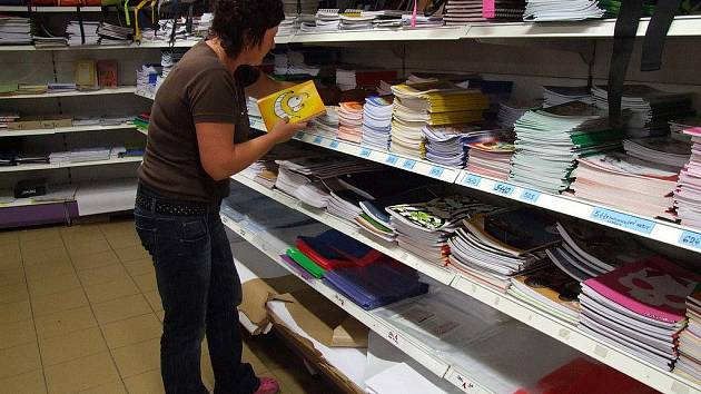 Zatímco teď je v papírnictvích ještě klid, příští týden se tam nahrnou zástupy zákazníků a stovky sešitů se přemístí do školních aktovek.
