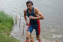Déšť během první části triatlonu, kterou bylo plavání na 400 metrů, závodníkům rozhodně nevadil. Z vody vystupující Marek Doležal je toho zářným důkazem.