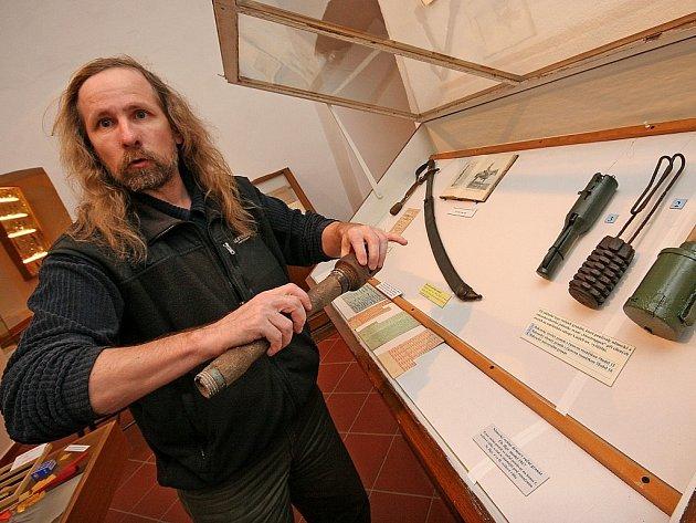 Originální zbraně, včetně granátů, jsou k vidění ve světelském zámku na výstavě o legionářích. Na snímku je vedoucí muzea Martin Vlček.