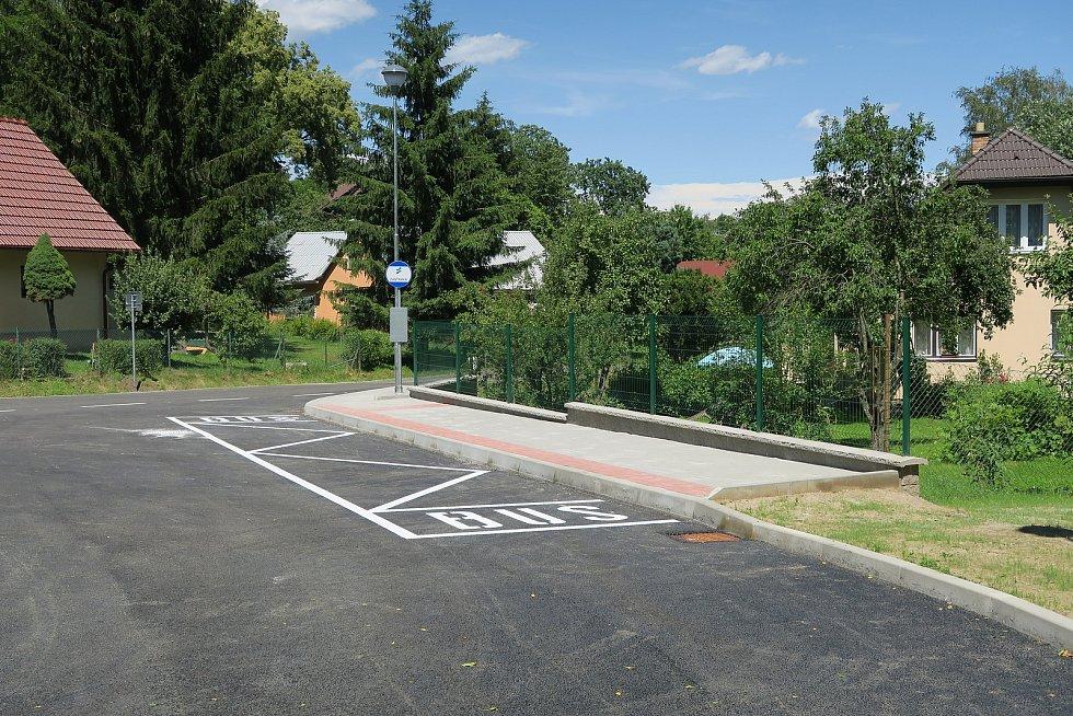 Nová točna pro autobusy v Libické Lhotce.