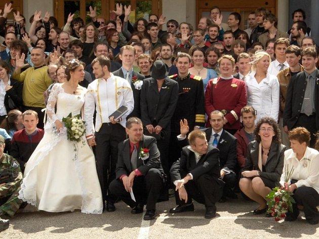 Hromadné focení. Ženich i nevěsta mají tolik přátel, že se téměř nemohli vejít na fotografii.