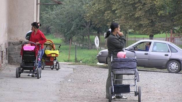 Některým rodinám městský úřad ulehčuje situaci i tím, že si část peněz z dávek mohou vybrat v obchodě ve zboží, za zbytek město platí jejich dětem obědy ve školní jídelně.
