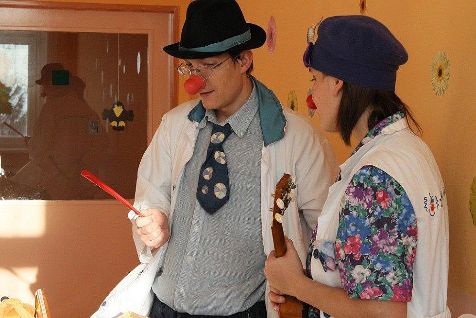 Zdravotní klauni, doktor Bohdan Bláha a vrchní sestra Barbora Bažantová, navštívili v úterý dopoledne děti hospitalizované na dětském oddělení havlíčkobrodské nemocnice s vánočním programem. Scénky bavily malé i velké děti.
