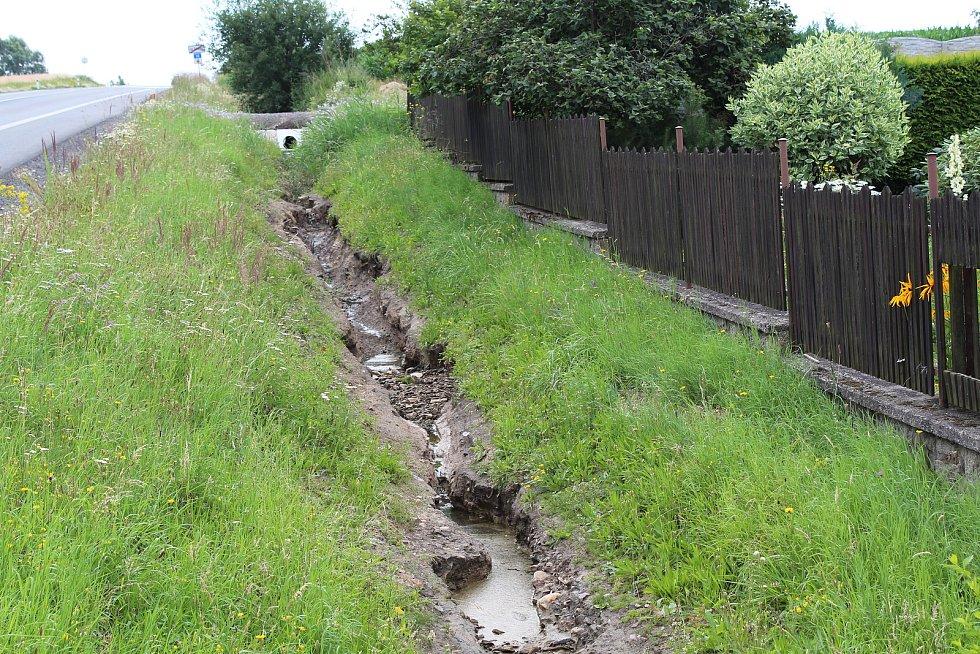 Škarpa se při deští mění v menší potok.