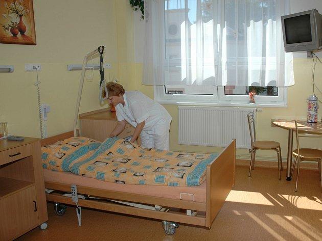 Takto například vypadá nadstandardní pokoj interního oddělení havlíčkobrodské nemocnice.  Zdravotnické zařízení má takových pokojů devět.