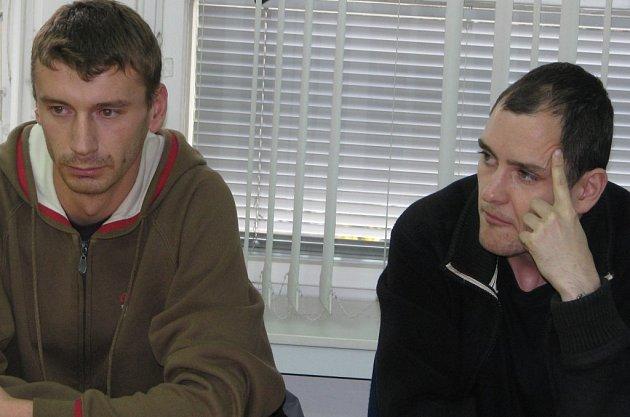 Soud vyměřil za popírřání holocaustu Eriku Sedláčkovi (vlevo) tři roky nepodmíněně do věznice s ostrahou a Liboru Budíkovi (vpravo) dva roky nepodmíněně do věznice s dozorem.
