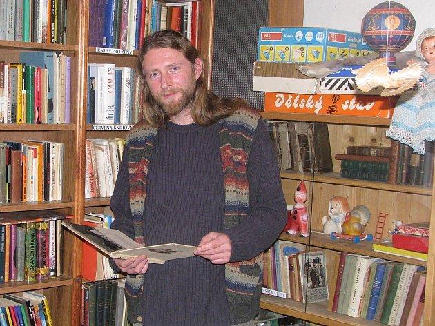 Igor Domkář provozuje antikvariát ve Štáflově chalupě.