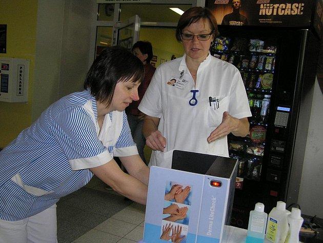 Máte čisté ruce? O tom se mohli ve čtvrtek přesvědčit návštěvníci havlíčkobrodské nemocnice. Podle nozokomiální sestry Věry Henzlové (vpravo), je správné mytí rukou malá věda.