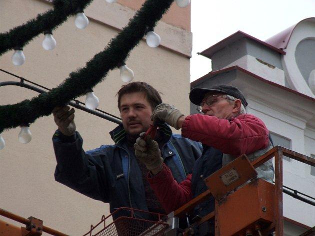 Pracovníci Technických služeb Havlíčkův Brod shlíželi během pondělního rána na Dolní ulici ze zvedací rampy. Na veřejné osvětlení tu věšeli dekorativní žárovky, které přinášejí do měst slavnostní předvánoční atmosféru.