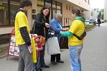 Studenti Veronika Nováková a Luboš Beránek strávili v ulicích města Havlíčkův Brod prodejem květin měsíčku lékařského několik hodin. Nejštědřejší k nim byli hlavně senioři a matky s malými dětmi, co mají obecně hluboko do kapsy.