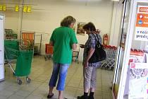 Podle organizátorů potravinové sbírky, která se uskutečnila v úterý v Ledči nad Sázavou, na chudé nejčastěji přispívají ti, kteří sami mnoho nemají.