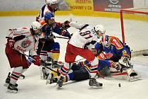 Druhé třetiny rozhodly o výhrách starších dorostenců BK Havlíčkův Brod (v bílém) na ledě Olomouce a Vsetína.