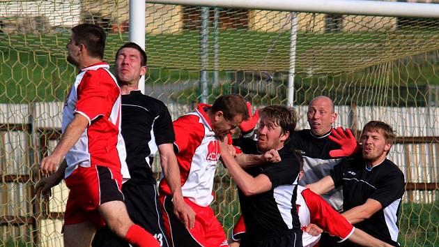 Euforie vypukla u světelských hráčů (v černém) po vyhraném zápase nad Žirovnicí, ve kterém se jim podařilo vstřelit vítězný gól v devíti lidech.