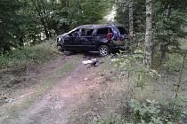 """Na Havlíčkobrodsku ve středu havarovala řidička vozu Chrysler. Auto sjelo ze silnice, narazilo do stromu, otočilo se kolem osy a nakonec skončilo – opět """"na kolech"""" – na lesní cestě pod silnicí. Bilance nehody? Čtyři zranění a škoda čtyřicet tisíc korun."""