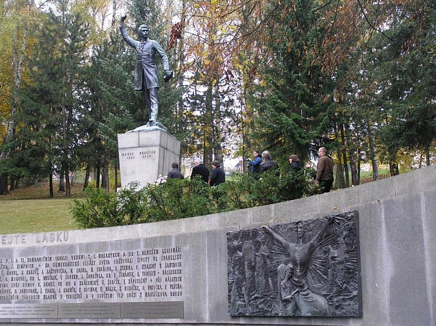 Jméno rodiny Weidenhofferových připomíná v Havlíčkově Brodě na starém hřbitově dnes už jen luxusní náhrobek. Karel Havlíček Borovský se stal národním symbolem a jeho socha se tyčí nad městem. Z lásky obou mladých lidí zbyla krátká kapitola v učebnicích.