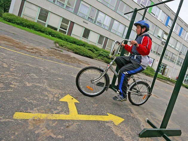 Čtyři čtyřčlenná družstva dětských cyklistů zápolila o to, které nejlépe projde nástrahami testů ze zdravovědy a pravidel silničního provozu.