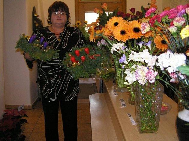 Jenom dekorace. Květinářka Věra Jakešová nabízí zákazníkům adventních věnců hned několik v různých velikostech a barvách, ale nezapomíná upozornit na bezpečnostní zásady.