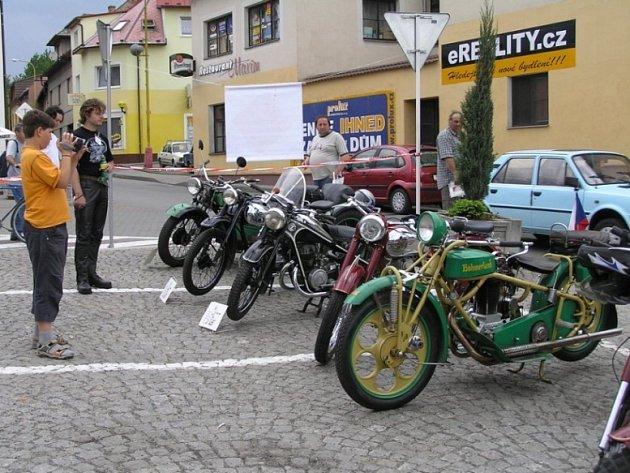 Především mužská část návštěvníků mohla na starodávných motorkách a automobilech doslova oči nechat.