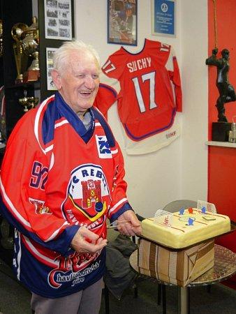 Devadesátiletý spolupracovník Deníku, Alois Svoboda, dostal od Rebelů dres sčíslem 90a dort vpodobě hokejového hřiště.