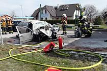 Na benzínce v ulici 5. května v Golčově Jeníkově se srazilo osobní auto s nákladním. A začalo hořet.