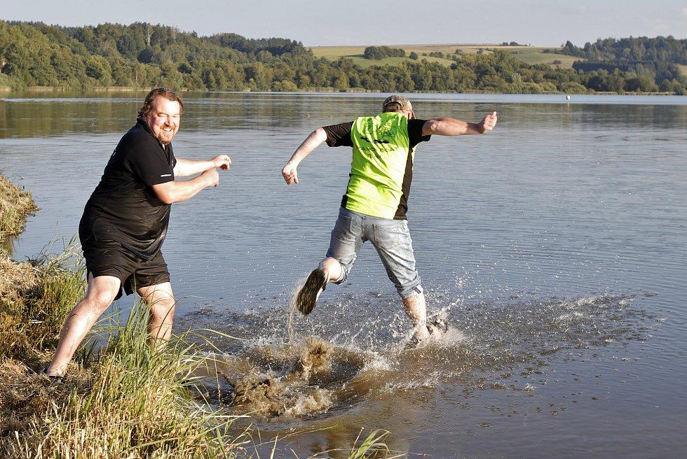 Závody dračích lodí na rybníku Řeka.