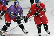 Hokejový útočník Pavel Rosa (v červeném).