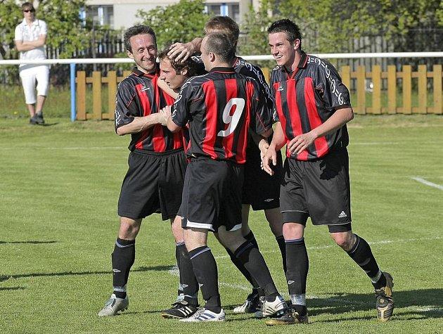 Gólovou radost si proti Žirovnici užili herálečtí fotbalisté celkem pětkrát. K nejlepším patřil Josef Pátek (vlevo).