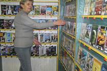 Čím menší město, tím je pro seniory těžší najít pracovní uplatnění, pokud si chtějí zvýšit životní standard. Jana Langpaulová měla štěstí, už více než pět let pomáhá ve videopůjčovně. A jak tvrdí, budoucnost seniorů nevidí za současné situace růžově.