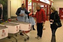 Vozíky potravinové sbírky se v obchodním domě Kaufland plnily už od rána.