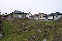 Mladé rodiny chce obec udržet nabídkou výhodných parcel.