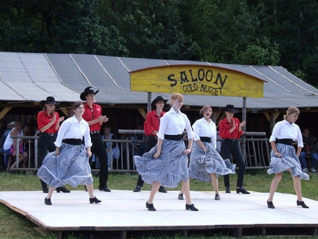 Ruty – Šuty. Taneční skupina Ruty – Šuty předvedla ve westernovém městečku Stonetown americké tance i step.