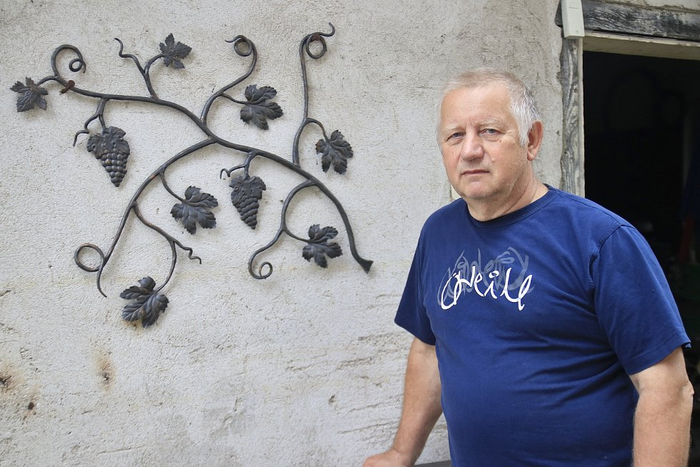 Jaroslav Dymák z Libice nad Doubravou má doma malou kovárnu.