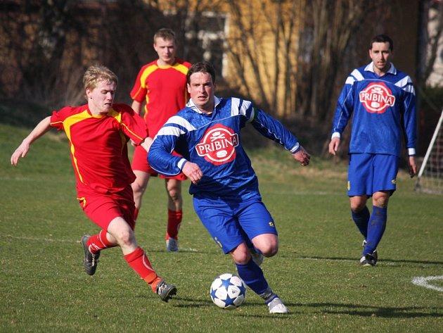 Vedoucí gól dal v Dobroníně na 1:2 Miloš Krčál (u míče), ale nakonec byl po prohře 3:2 zklamaný.