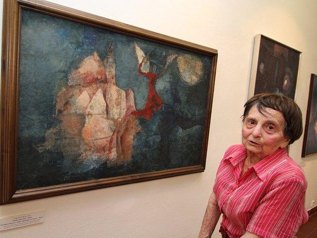 Venda Truhlářová. Akademická malířka, neteř Jana Zrzavého, před svým obrazem Balada o Mont-Saint-Michel, který je trvale vystaven v brodské Galerii výtvarného umění.