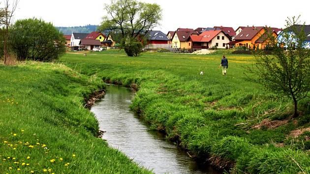 Atraktivní bydlení mají lidé, kteří si nové domy v lokalitě Hamerská postavili blízko pravého břehu Doubravy. Řeka, která vyvěrá u Radostína, má ve Ždírci ještě charakter nivního potoka.